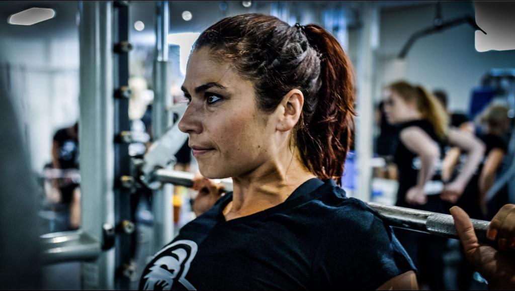 Sportieve vrouw aan het squatten